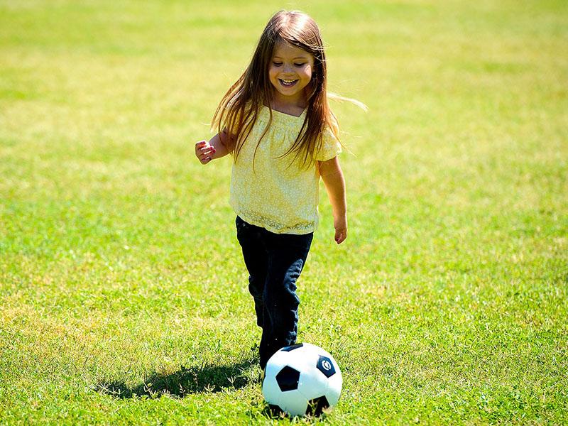 Fußballangebote Institut für individuelle Entwicklung für jung und alt hier Mädchen am Fußball